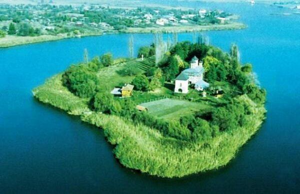 Sinaia monastery seen in your Best of Romania tour, Dracula Tours in Romania